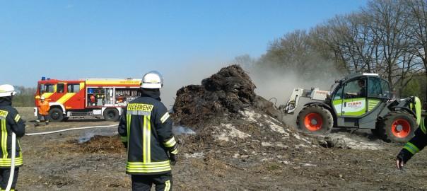 15.04.2015 – Niedergebranntes Osterfeuer durch Winde wieder entfacht