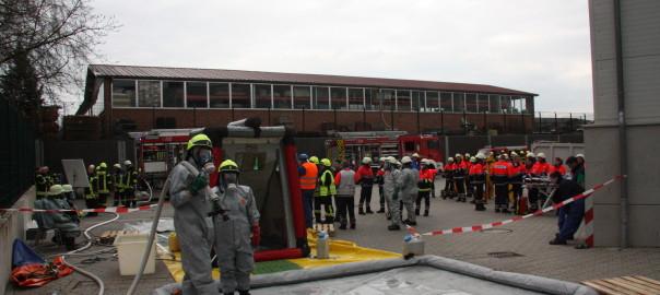 11.04.2015 – Feuerwehren mit Gefahrgutzug proben Ernstfall