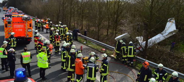 12.04.2015 – Sportflugzeug neben der Autobahn abgestürzt