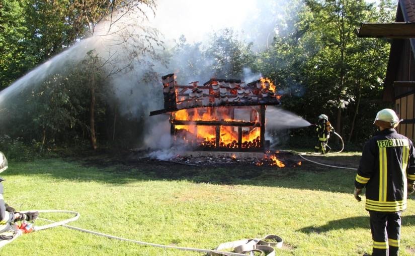 16.06.2015 – Holzunterstand niedergebrannt