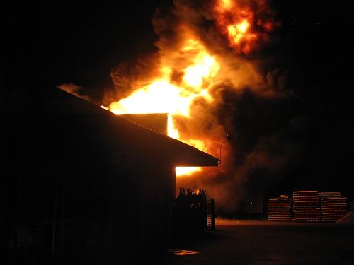 19.06.2015 – Lagerhalle brennt bei Eintreffen der Feuerwehr in voller Ausdehnung