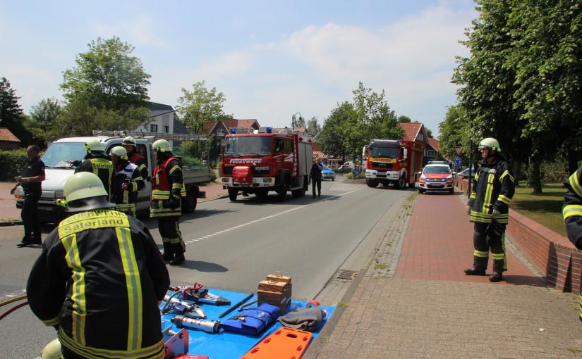 25.06.2015 – Pritschenwagen von der Fahrbahn abgekommen, Fahrer eingeklemmt