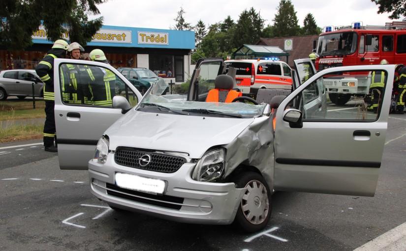 10.07.2015 – Schwerer Verkehrsunfall, Fahrer durch Einsatzkräfte aus Fahrzeug gerettet