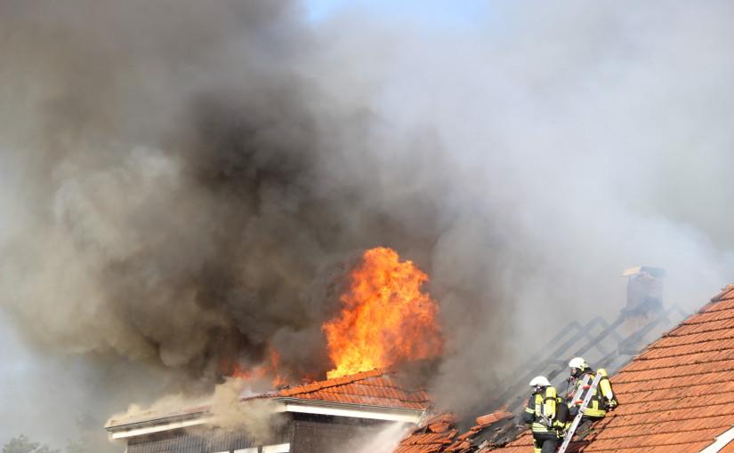 17.07.2015 – Einsatzkräfte durch Dachstuhlbrand gefordert
