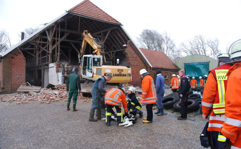 "24.04.2015 – Sturmtief ""Niklas"" zerstört Bauernhaus, drei Kälber gerettet"