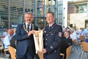 B_Vechta 125 Jahre Feuerwehr Präsent Bürgermeister Bild Wilke 02