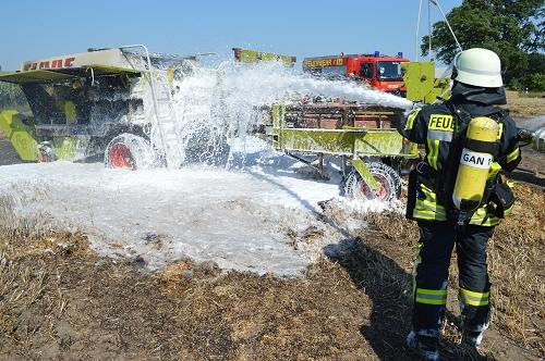 23.08.2015 – Feuerwehren löschen Brand einer Strohballenpresse