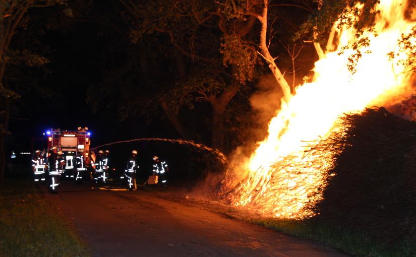 21.09.2015 – Holzhaufen brannte lichterloh in Strücklingen