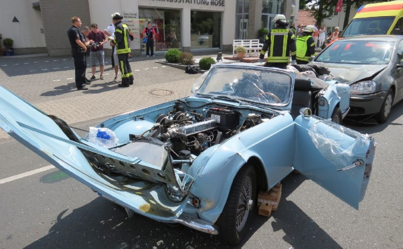 18.07.2015 – Verkehrsunfall mit Oldtimer, Fahrer im Fahrzeug eingeklemmt