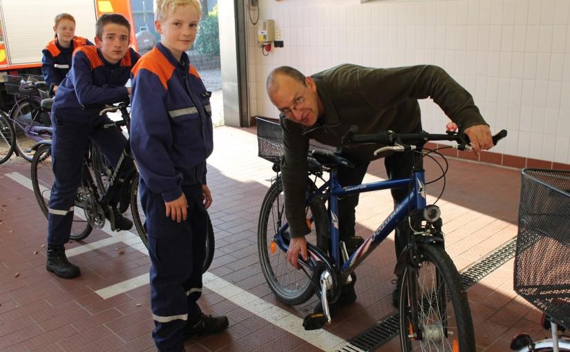 04.10.2015 – Fahrräder der Jugendfeuerwehrmitglieder auf Sicherheit überprüft