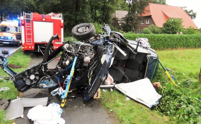 18.08.2015 – Schwerer Verkehrsunfall mit Totalschaden, Fahrer eingeklemmt