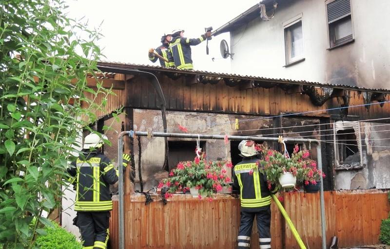 05.07.2015 – Brennender Holzschuppen verursacht Wohnungsbrand