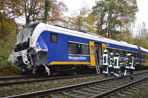 05.11.2015 – Lkw rollt auf Bahnstrecke und kollidiert mit Nordwestbahn