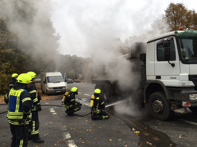 28.10.2015 – Lkw Reifen durch heißgelaufende Bremse in Brand geraten