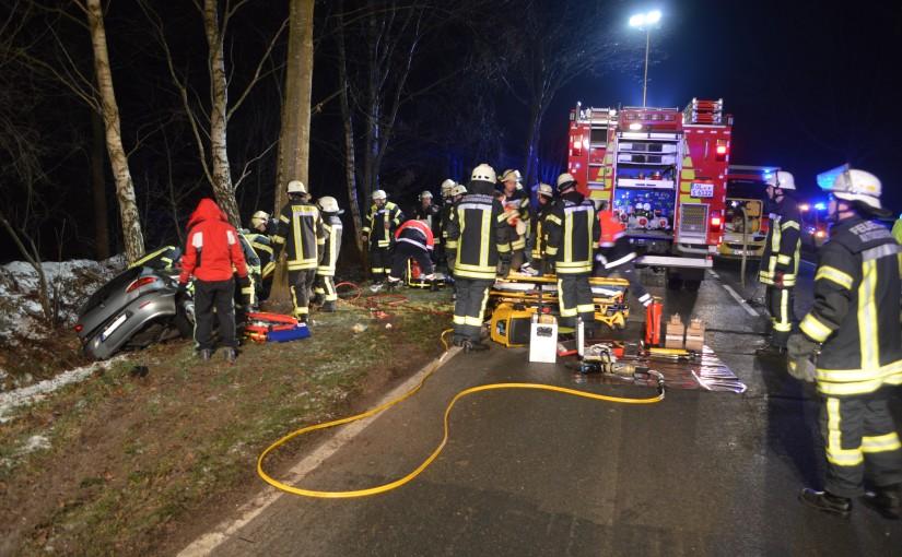 18.01.2016 – Schwerer Verkehrsunfall, Fahrer eingeklemmt