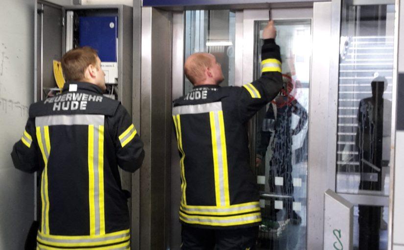 02.05.2016 – Feuerwehr Hude befreit älteren Herren aus Fahrstuhl