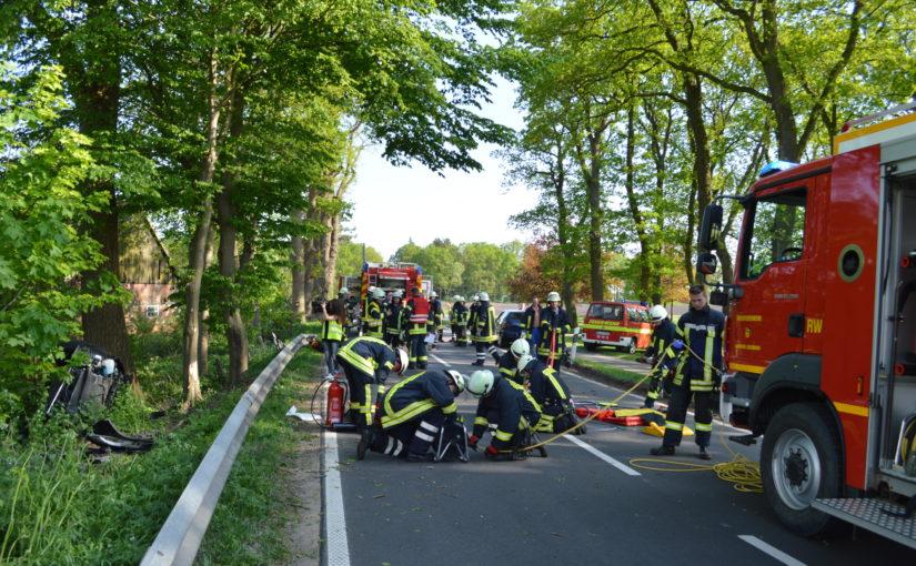 11.05.2016 – Feuerwehren Sandhatten und Huntlosen befreien Frau aus verunfalltem Pkw