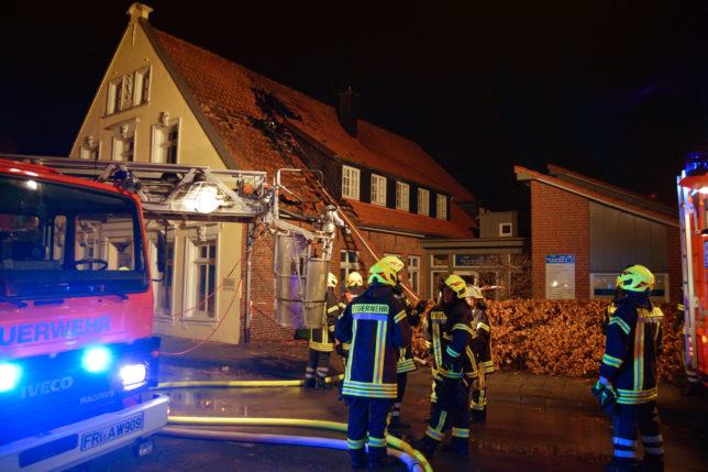 In der Silvesternacht brannte der Dachstuhl eines Hauses an der Muehlenstrasse in Varel. Die Feuerwehr hatte die Situation schnell im Griff.