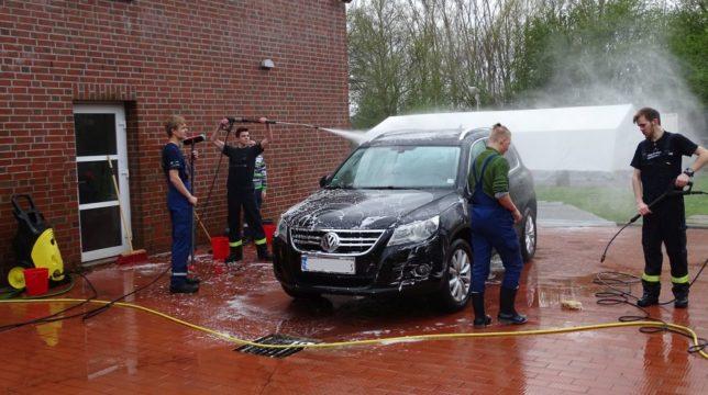 Auf dem Platz hinter dem Feuerwehrhaus werden die Autos mit Schwämmen und Hochdruckreinigern gewaschen / Bild: Meike Seppenwoolde (StPW)