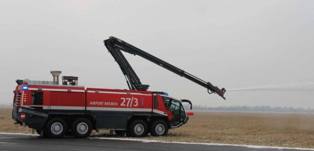 Auch von einem echten Einsatz und weiteren Vorführungen des Flugfeldlöschfahrzeugs waren die Mädchen und Jungen aus Jade sehr beeindruckt / Bild: Stefan Janke