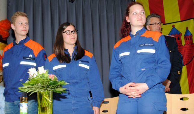 V.l.n.r. Jonas Niedrig, Luisa Albertzard und Lena Bischoff stehen vor dem Podium der Versammlung / Foto: Ulf Masemann