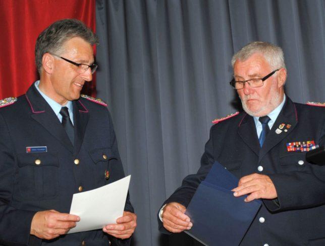 Dieter Schnitjer, links, wird von Heinrich Oltmannns das Ehrenzeichen der Niedersächsischen Jugendfeuerwehr verliehen / Foto: Ulf Masemann