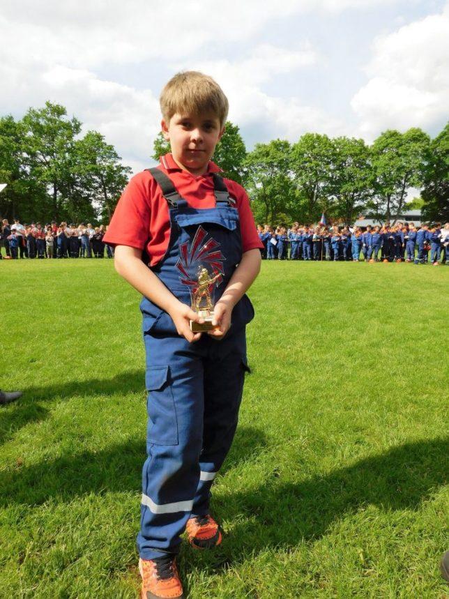 Die Jugendfeuerwehr Schierbrok-Schönemoor wurde mit dem Pokal für die jüngste gestartete Gruppe beim Kreisentscheid ausgezeichnet / Bild: Diane Febert