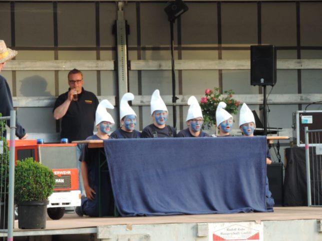 Die Jugendfeuerwehr Neuenkirchen zeigte eine Showanlage zum Lied der Schlümpfe / Bild: Jens Lindemann