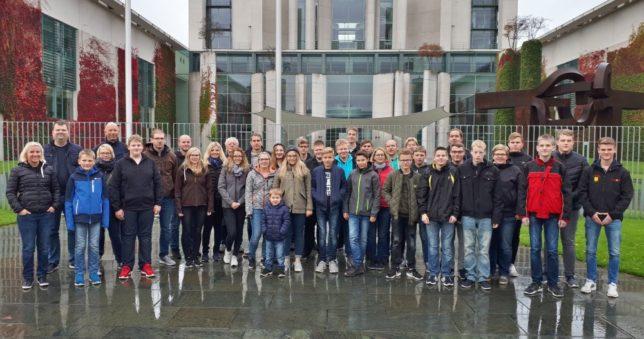 Die Jugendfeuerwehr Dinklage vor dem Kanzleramt in Berlin / Bild: Sovinec
